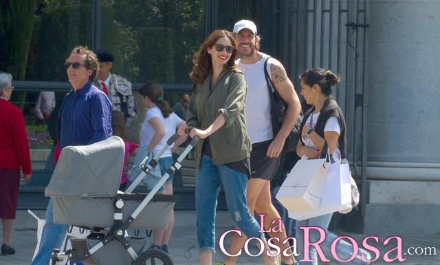 Eugenia Silva da el primer paseo con su bebé