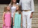 Los nuevos reyes de España y sus hijas posan en Marivent