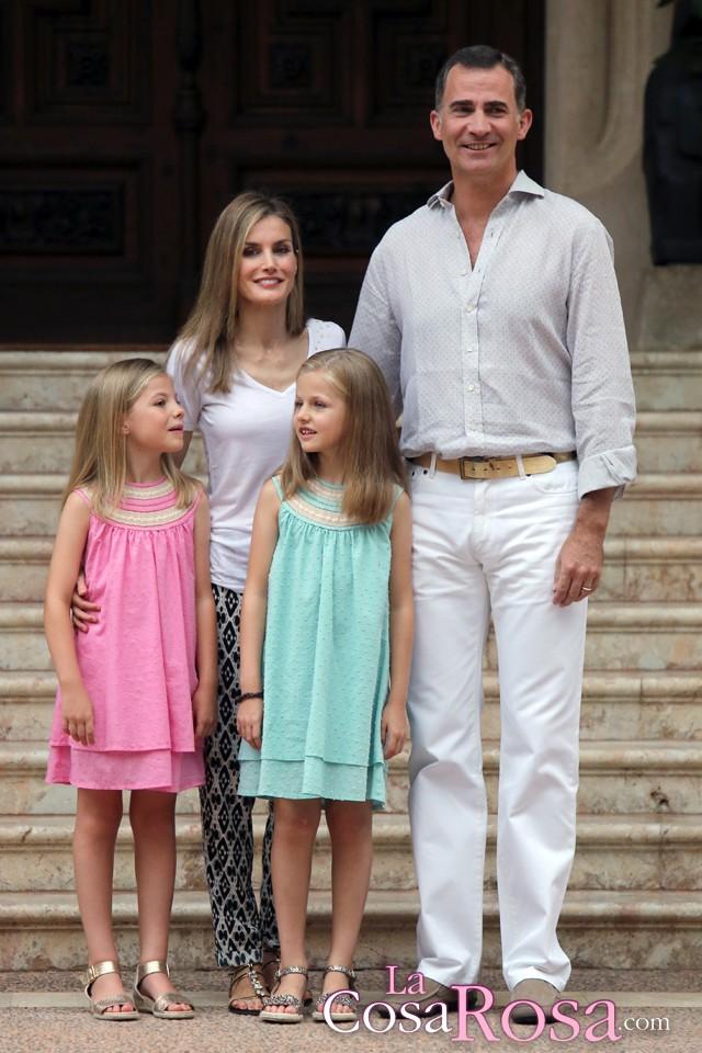 Los nuevos reyes de espa a y sus hijas posan en marivent - Casa de los reyes de espana ...
