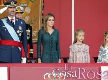 Felipe VI preside su primer desfile de las Fuerzas Armadas junto a su esposa y sus hijas