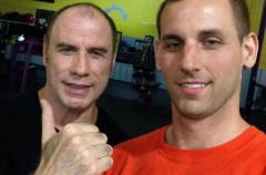 John Travolta muestra su calvicie sin pudor en un gimnasio