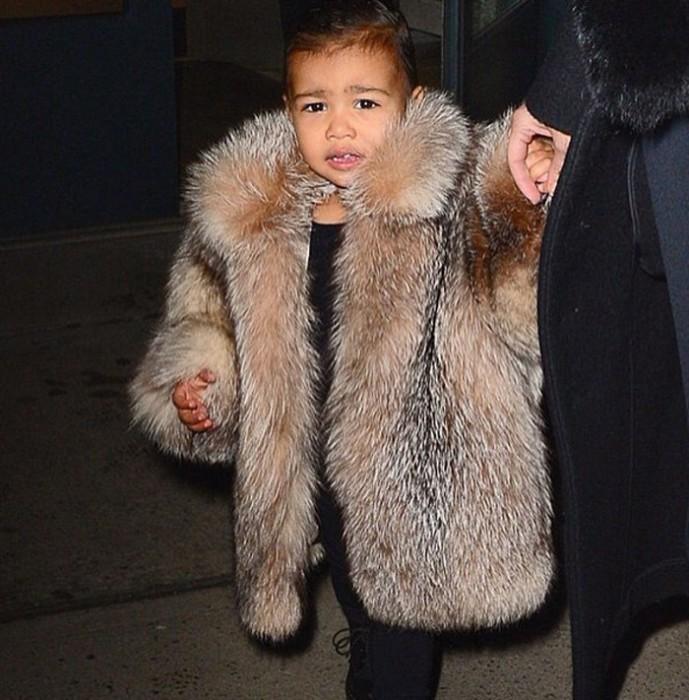 Kim Kardashian es criticada porque viste con pieles a su hija