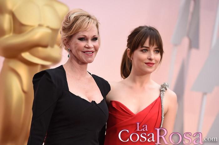 Melanie Griffith encantada con la actuación de su hija Dakota en el Saturday Night Live