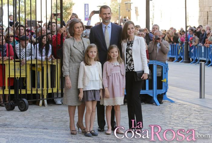 Los Reyes, sus hijas y la reina Sofía comparecen en la misa de Pascua en Palma