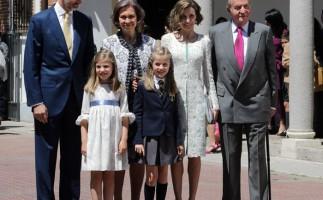 La princesa Leonor recibe su Primera Comunión junto a sus padres y abuelos