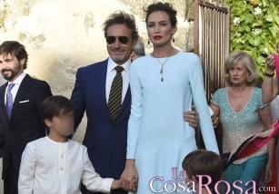 Una seria Nieves Álvarez acude con su marido a la boda de la hija de Roberto Torretta