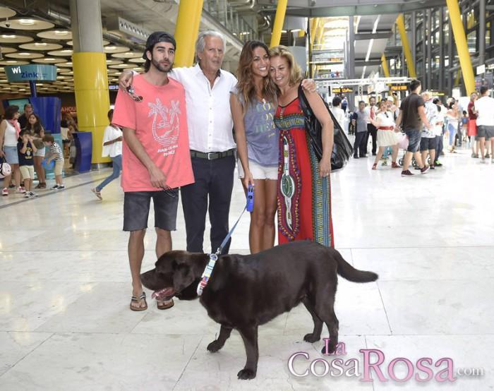 Lara Álvarez recibida por su familia a su llegada a Madrid
