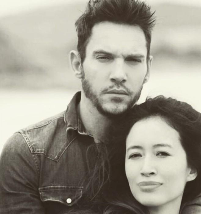 Jonathan Rhys Meyers y su prometida Mara Lane, padres de un niño llamado Wolf