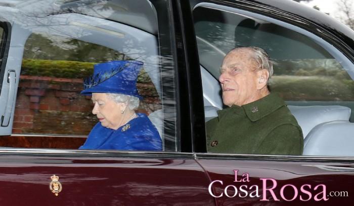 Isabel II se deja ver en público tras estar enferma durante un mes