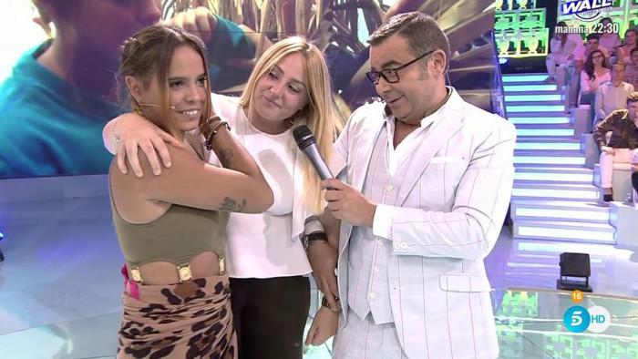 Gloria Camila es recibida por su padre y por su sobrina Rocío Flores en plató