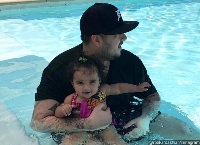 """Un resentido Rob Kardashian permanece """"tranquilo"""" por su hija"""