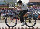 Conduciendo una bicicleta sobre una fila de botellas