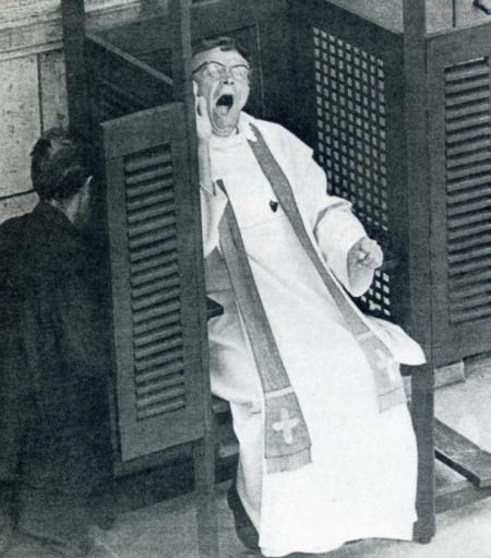 sacerdote con sueño