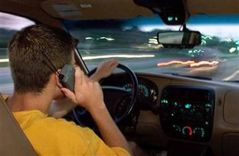 conducir_celular_llamada_leer_libro
