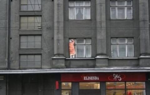 abuela_loca_limpiando_ventana
