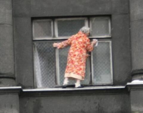abuela_loca_limpiando_ventanaa