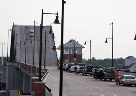 Conductora atascada en lo alto del puente