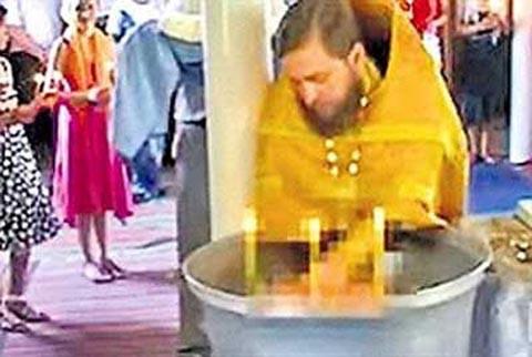 sacerdote_acusado_ahogar_bebe_bautismo