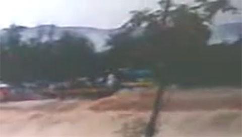 camion-cruzando-inundacion_accidente