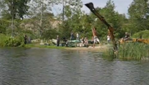 hombre_simula_tarzan_agua_accidente