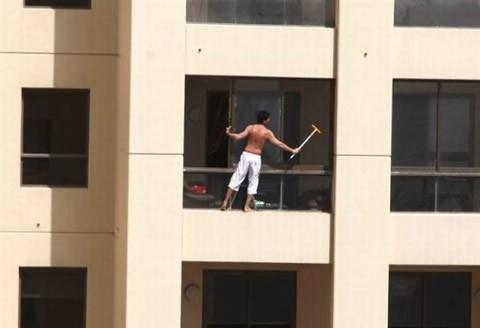lavar-ventanas-peligroso-edificio