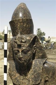 estatua-Amenhotep-III-descubriemiento