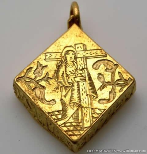 nino-encuentra-tesoro-relicario-medallon-oro