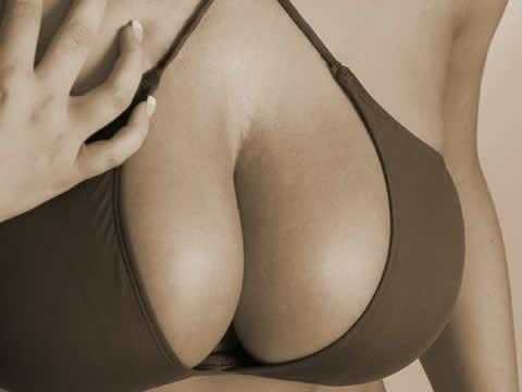 hombre-que-quiere-recuperar-implantes-mamarios