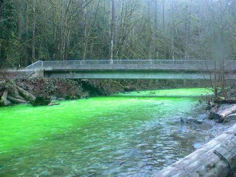 rio-agua-verde-canada-fenomeno-fluoresceina
