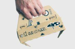Esta pinza de cartón permite recoger los excrementos de los animales