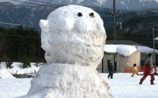 Esta caja incluye un muñeco de nieve listo para montar