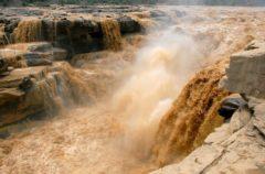 Se congela la única cascada amarilla del mundo