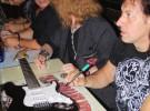 Medina Azahara firmando guitarra