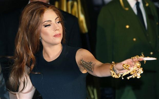 """Lady Gaga comenta su lesión de cadera y """"Applause"""", su nuevo single"""
