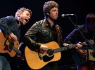 Noel Gallagher y Damon Albarn firman la paz y cantan juntos