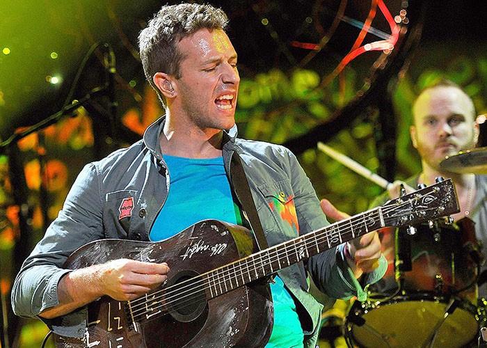 Coldplay y Ariana Grande interpretan juntos 'Just a little bit of your heart' en directo