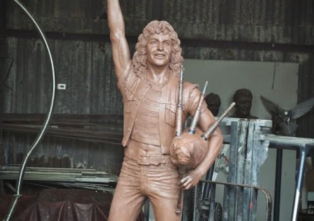 Bon Scott, se inaugura la estatua en su honor en Kirriemuir (Escocia)