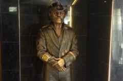 Lemmy, su estatua ya ha sido inaugurada en el Rainbow bar and grill de Los Angeles
