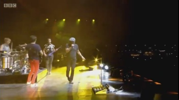 "Brian Johnson canta ""Back in Black"" junto a Muse en Reading"