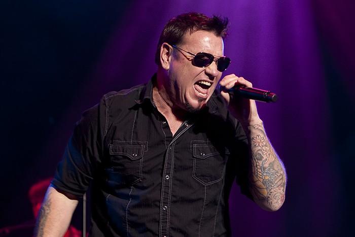 Hospitalizan al cantante de Smash Mouth por problemas respiratorios antes de un concierto