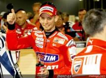 Casey Stoner controla el warm up de MotoGP en Qatar