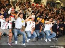 Los pilotos Honda MotoGP con sus fans en la sede central de la marca