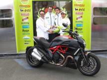 Randy De Puniet y su premio de consolación tras el GP MotoGP Le Mans