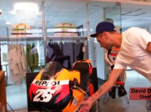 Davidelfin vestirá a los pilotos Repsol Honda en Alcañiz