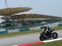 Barberá y Di Meglio trabajan en el chasis de su Open MotoGP Avintia Racing