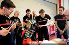 Max Biaggi prueba la Aprilia MotoGP en Portimao, con caída incluida