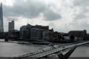 Marc Márquez cruza el puente del Milenio de Londres en moto