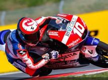 Alexis Masbou gana una carrera loca de Moto3 en Brno con 17 pilotos en pelea
