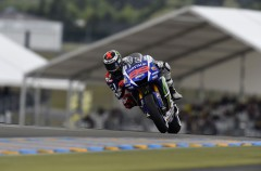 Jorge Lorenzo controla la carrera de MotoGP en Le Mans, Rossi 2º y Dovi 3º