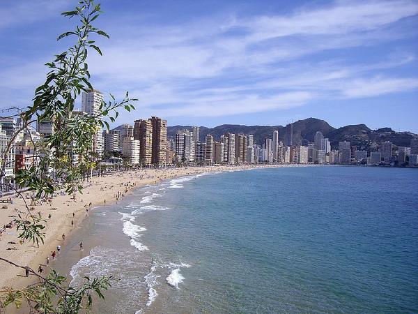 Playa, sol y muchos turistas